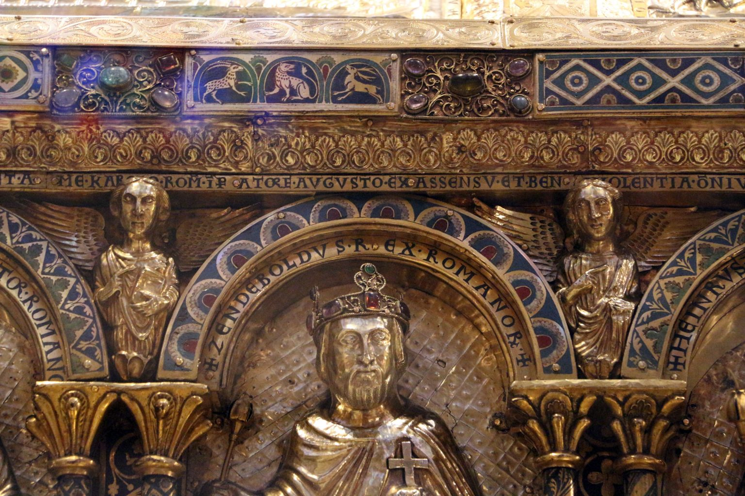 Svätopluk ako Rímsky kráľ na sarkofágu Karola Veľkého v Cáchach (Aachene). Sarkofág pochádza z 12. storočia. Ako vidieť, týmto bezvýznamným priekupníkom s otrokmi (moravský historik Wihoda) nepohrdli ani rímski cisári národa nemeckého.