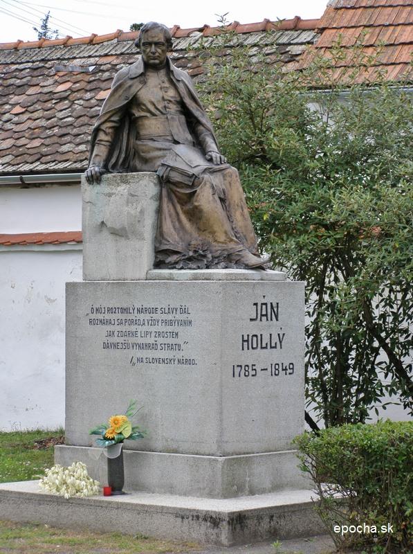 Pamätník Jána Hollého pred jeho rodným domom (epocha.sk)