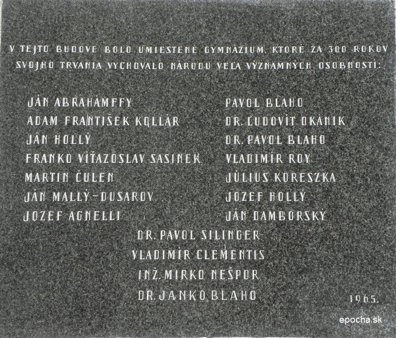 Pamätná tabuľa s menoslovom významných osobností, ktoré na gymnáziu študovali (epocha.sk)