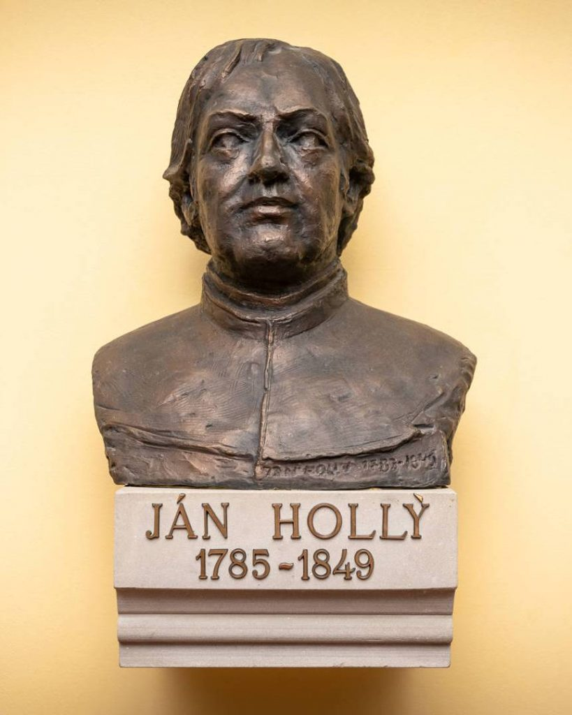 VTrnave Ján Hollý študoval abol vysvätený za kňaza. Busta Jána Hollého, ktorej autorom je Majster Vojtech Matušinec, je vystavená vo vestibule Gymnázia Jána Hollého Na hlinách (archív Gymnázia Jána Hollého v Trnave)