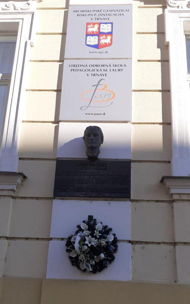 Pamätná tabuľa s bustou Jána Hollého (foto: Mária Švecová)
