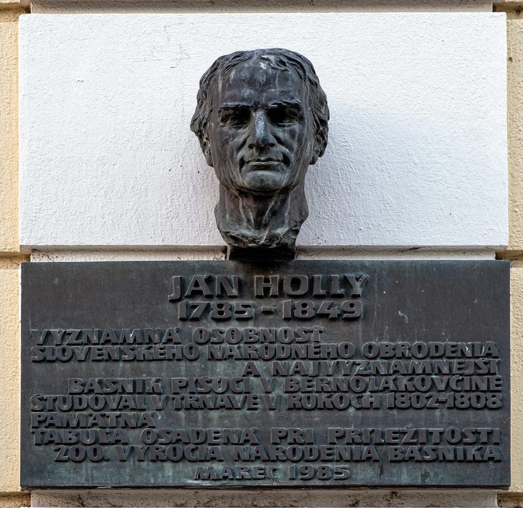 Pamätná tabuľa s bustou Jána Hollého na budove bývalého gymnázia na Hollého ulici, ktorá je súčasťou Národnej kultúrnej pamiatky – komplexu objektov Trnavskej univerzity (foto: Karol Križan, www.nazirkfoto.sk)