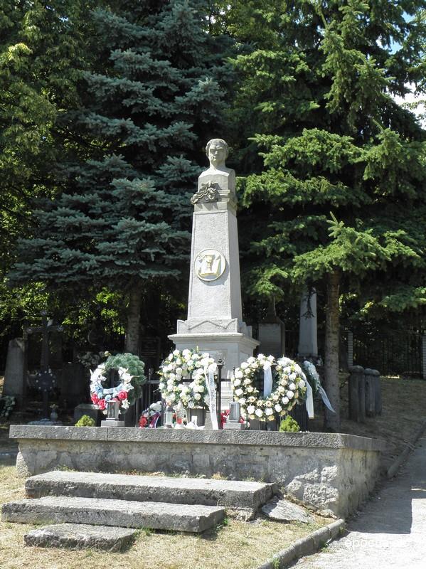 Pomník Jána Hollého nad jeho hrobom na cintoríne v Dobrej Vode (www.epocha.sk)